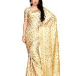 Индийское бежевое сари, украшенное красивыми золотистыми узорами